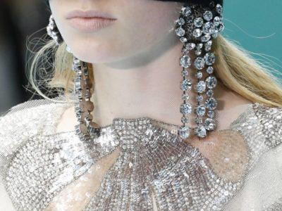bijoux autour d'elle